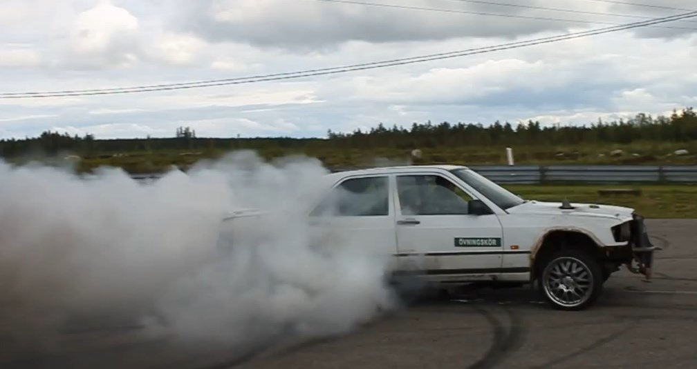 Mercedes-Benz 190D with OM603 Diesel Engine Massive Burnout
